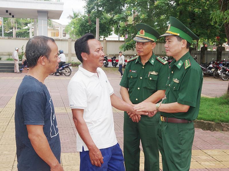 Lãnh đạo Bộ đội Biên phòng Quảng Nam thăm hỏi động viên ngư dân Quảng Nam gặp nạn trên biển. Ảnh: HỒNG ANH