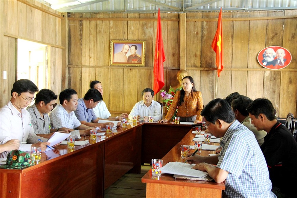 Đoàn giám sát làm việc với UBND huyện Nam Trà My và các đơn vị trồng giống sâm Ngọc Linh. Ảnh: C.N