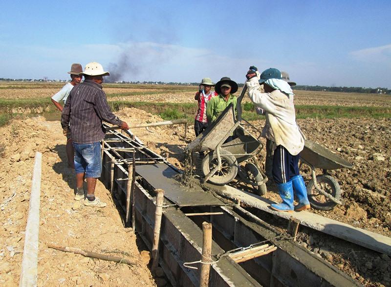 Hầu hết HTX nông nghiệp cần hỗ trợ nguồn lực tài chính để đầu tư xây dựng cơ sở hạ tầng phục vụ sản xuất. Ảnh: VĂN SỰ
