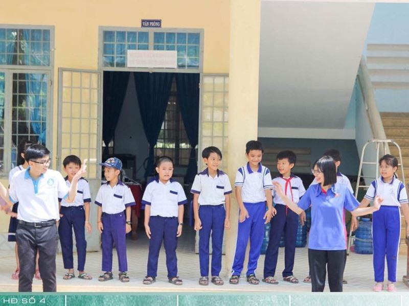 Các sinh viên quê Quảng Nam tham gia công tác xã hội - từ thiện. Ảnh: K.N