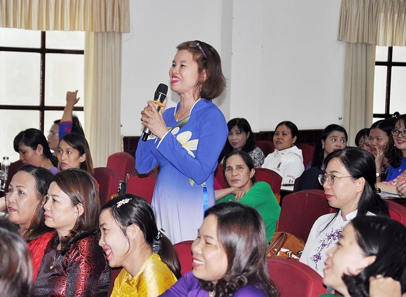 Bà Võ Thị Kim Hoa - Chủ tịch Hội LHPN huyện Núi Thành phát biểu tại diễn đàn. Ảnh: VINH ANH
