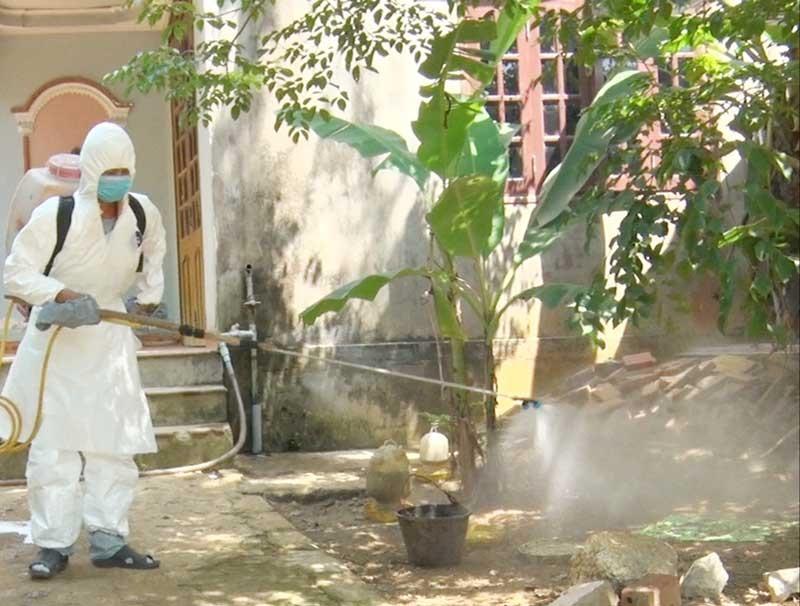 Duy trì thường xuyên khâu phun tiêu độc khử trùng để hạn chế sự phát tán của vi rút gây bệnh. Ảnh: VĂN SỰ