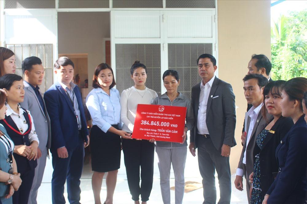 Công ty TNHH Bảo hiểm nhân thọ AIA Việt Nam trao số tiền gần 400 triệu đồng cho gia đình ngư dân Trần Văn Cảm. Ảnh: H.Q