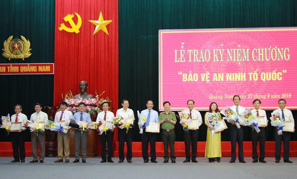 Trung tướng Nguyễn Văn Sơn - Thứ trưởng Bộ Công an trao kỷ niệm chương cho các cá nhân. Ảnh: T.C