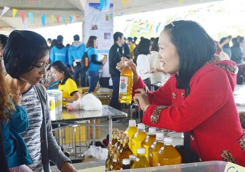 Phụ nữ ngày càng mạnh dạn tiếp cận với phong trào khởi nghiệp. Trong ảnh: Khởi nghiệp bằng dầu phụng ép Quảng Nam. Ảnh: Q.T