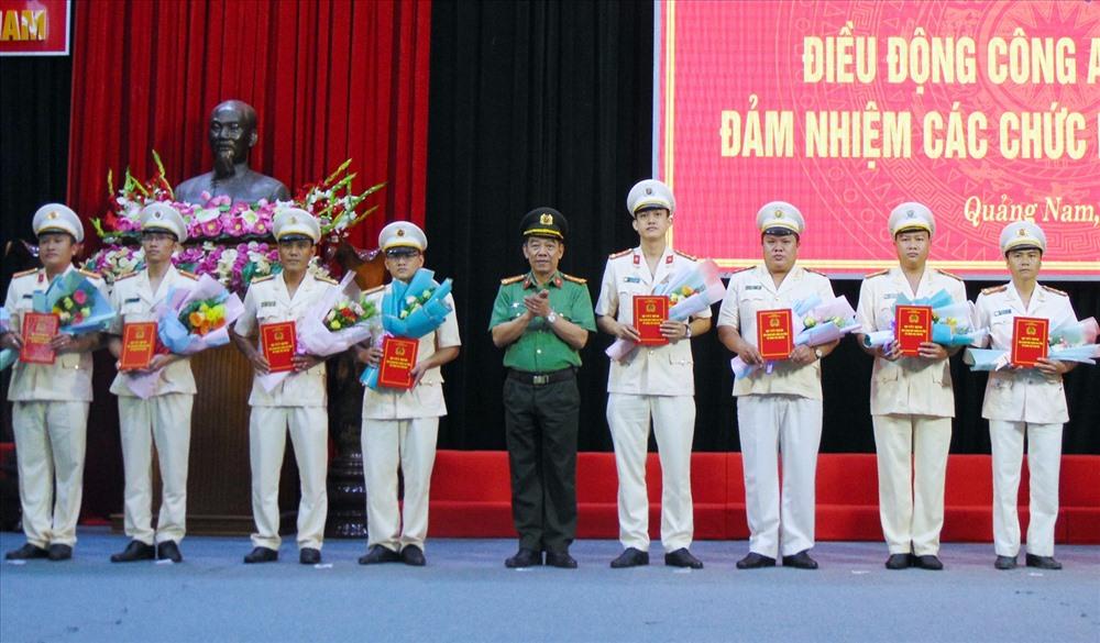 Đại tá Nguyễn Viết Lợi - Giám đốc Công an tỉnh trao các quyết định điều động. Ảnh: T.C
