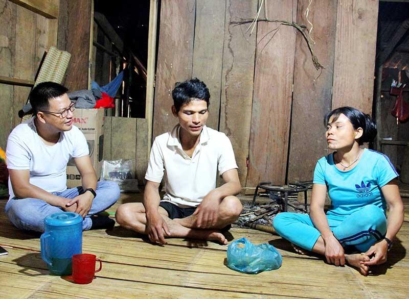 """Vợ chồng người Ca Dong ở nóc Loong Póc kể lại câu chuyện """"nếp sống cũ"""" ở làng mới. Ảnh: NGƯỚC CÔNG"""