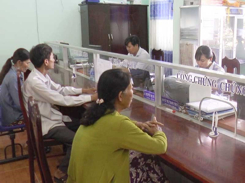 Hoạt động tại Bộ phận tiếp nhận và trả kết quả hồ sơ xã Hương An. Ảnh: D.T
