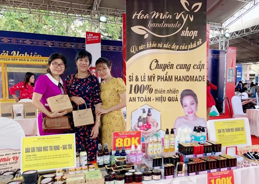 Nguyễn Thị Mẫn Vy (áo vàng) và khách hàng. Ảnh: M.V