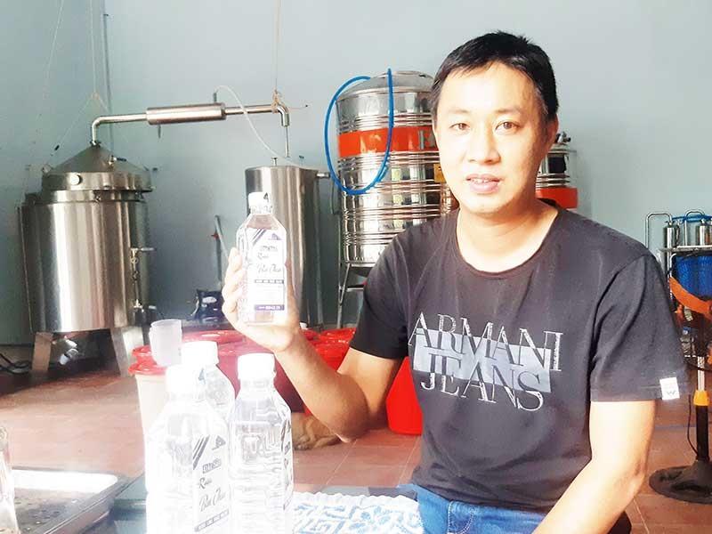 Anh Nguyễn Phạm Ngọc Thạch khởi nghiệp với sản phẩm rượu Bàn Than - Tam Hải. Ảnh: TRIÊU NHAN