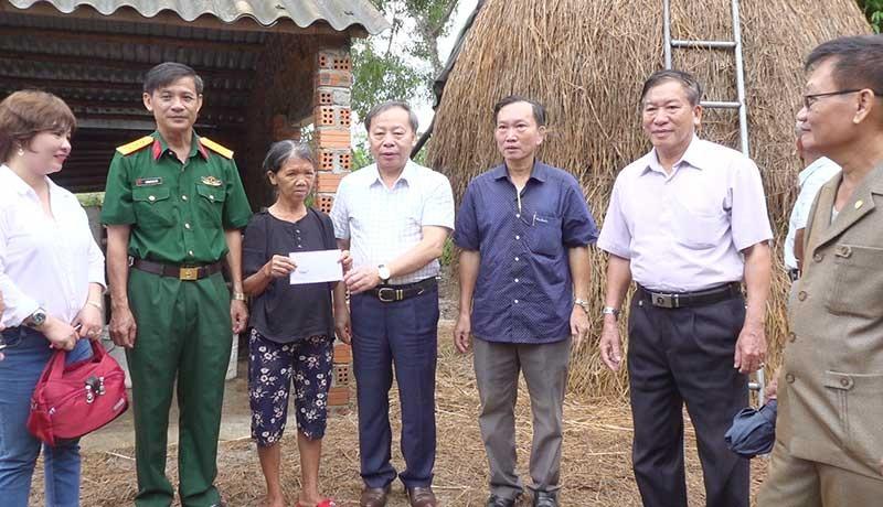 Hội Hỗ trợ nạn nhân bom mìn Việt Nam tặng quà cho gia đình vợ chồng ông Trần Thường. Ảnh: T.A