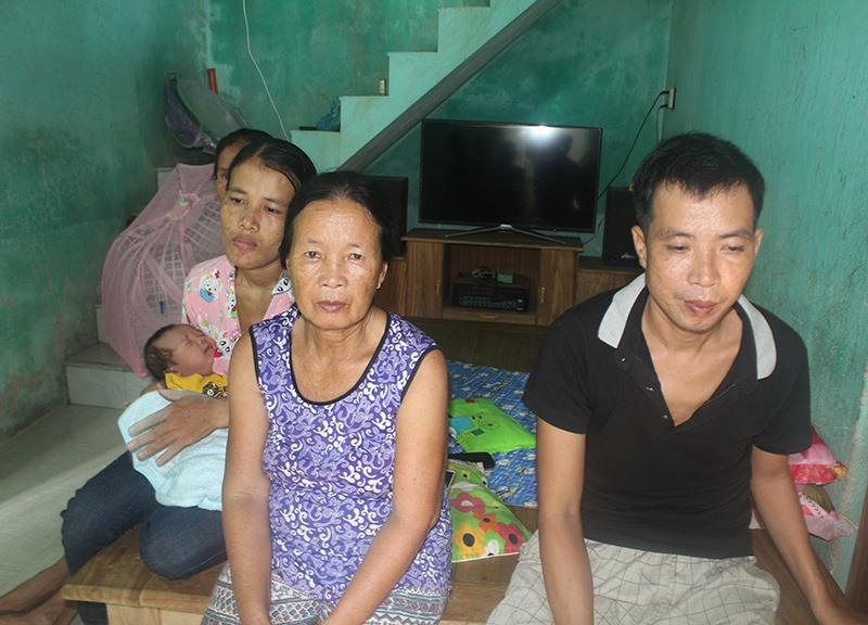 Anh Dưỡng cùng mẹ, vợ và đứa con mới sinh. Ảnh: V.P
