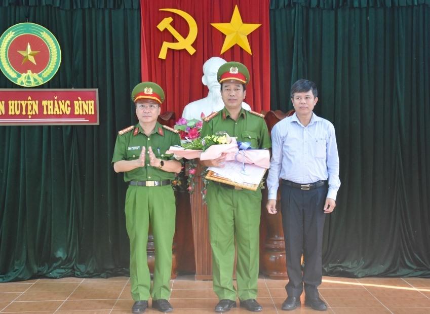 Đại tá Nguyễn Đức Dũng - Phó Giám đốc Công an tỉnh và lãnh đạo huyện Thăng Bình trao thưởng cho Công an Thăng Bình. Ảnh: H.V