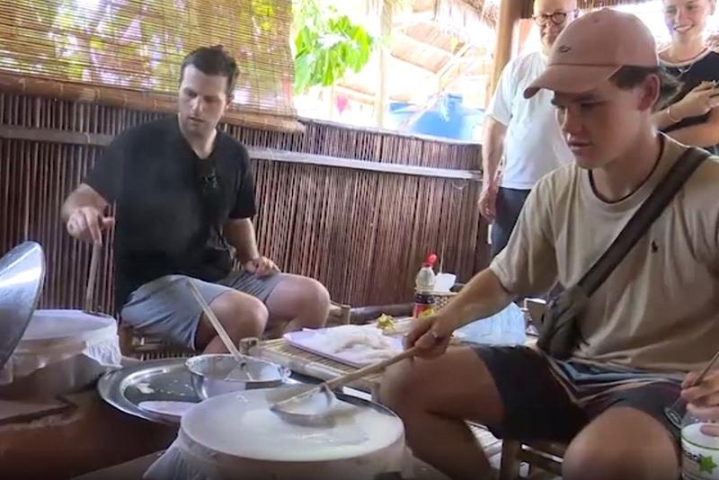 Du khách tự tay tráng bánh và thưởng thức món ăn do mình làm ra. Ảnh: LÊ HIỀN
