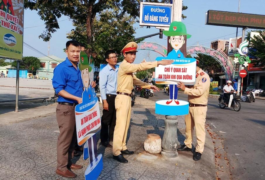 Lắp đặt hình nộm tuyên truyền an toàn giao thông tại các ngã ba, ngã tư. Ảnh: THÁI CƯỜNG