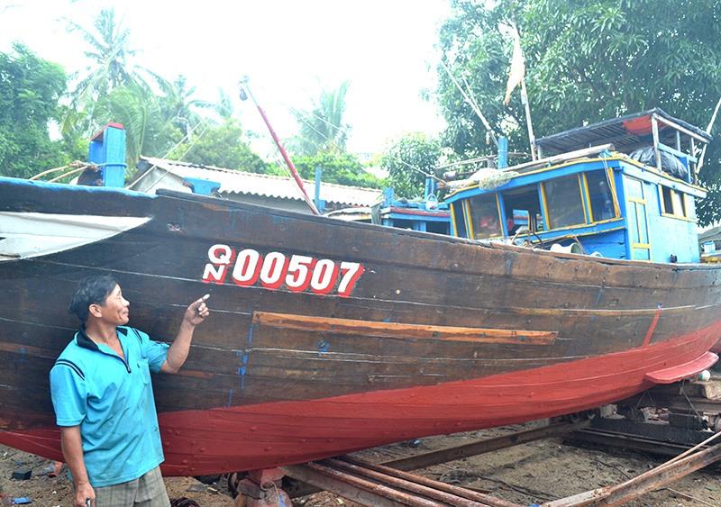 Ngư dân Trần Minh Cảnh muốn thay tàu giã cào bằng tàu lớn sản xuất xa bờ. Ảnh: QUANG VIỆT