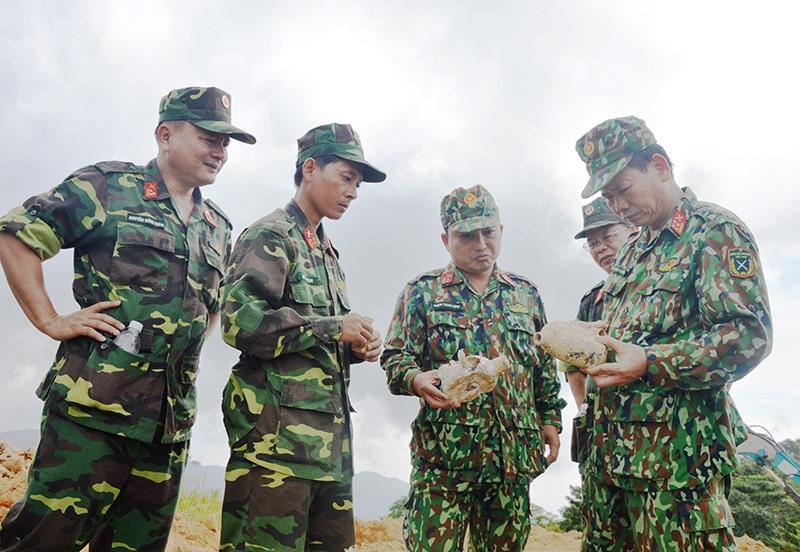Đoàn công tác Bộ Chỉ huy Quân sự tỉnh kiểm tra kết quả quy tập tại điểm cao 1062. Ảnh: THANH PHƯỚC