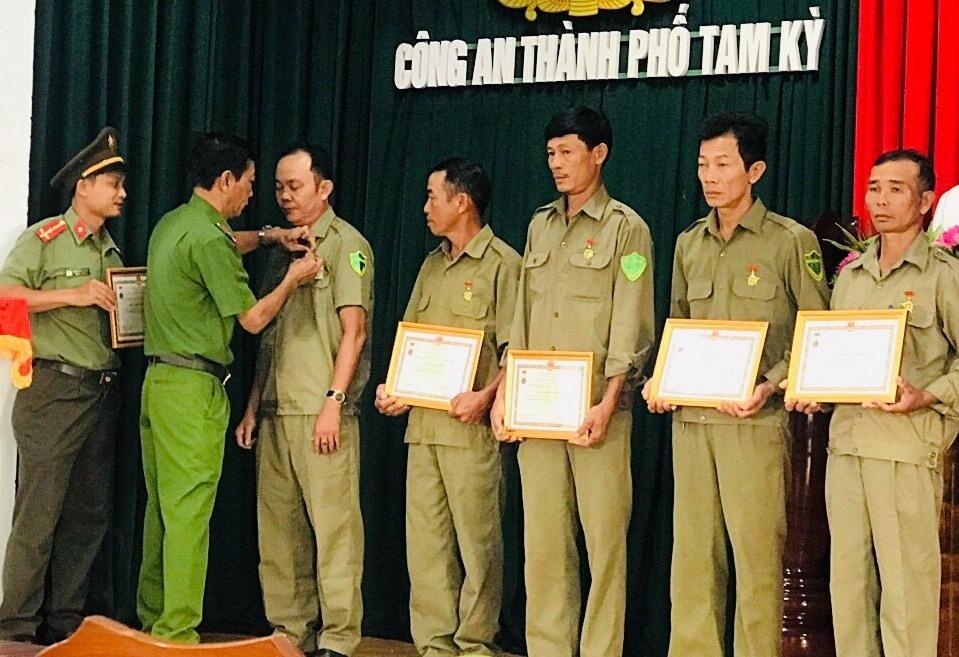 Trao kỷ niệm chương cho lực lượng bảo vệ dân phố. Ảnh: N.T