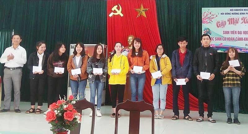Hội đồng hương Bình Phú trao học bổng cho học sinh nghèo hiếu học quê nhà. Ảnh: Đ.N.N