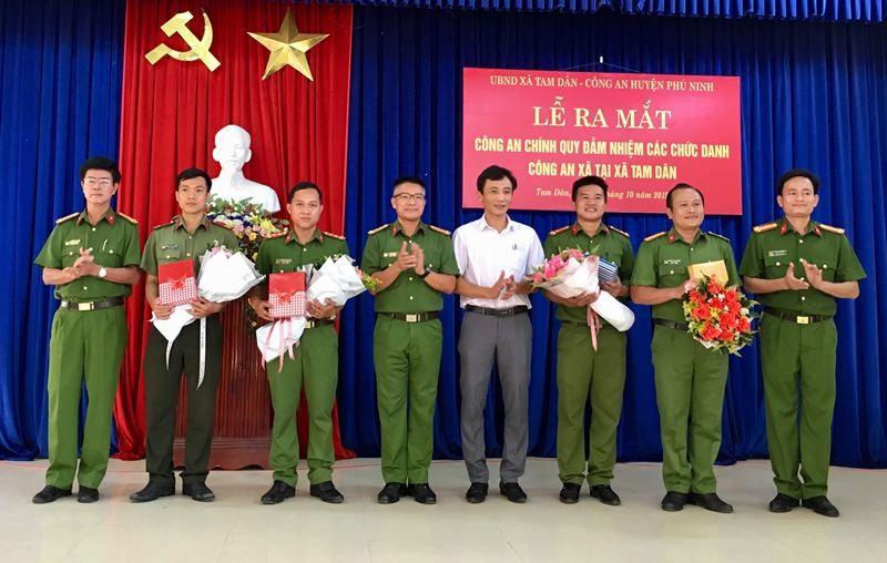 Lãnh đạo Công an tỉnh và huyện Phú Ninh chúc mừng các cán bộ công an được điều động. Ảnh: H.C