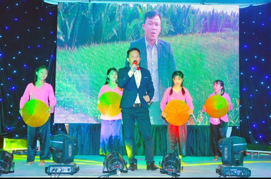 """Anh Vũ Thanh Viên trong một lần biểu diễn ca khúc """"Đẹp tình Duy Vinh"""". Ảnh: NVCC"""