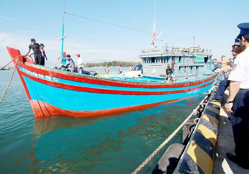 Tàu cá QNg-90499TS được Vùng Cảnh sát biển 2 cứu nạn an toàn trên biển Hoàng Sa vào tháng 7 vừa qua. Ảnh: T.C