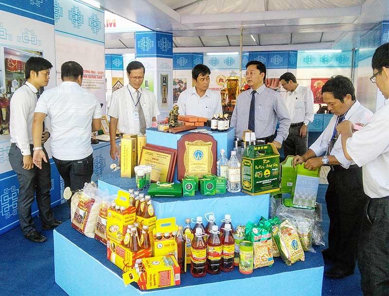 Phó Chủ tịch UBND tỉnh Lê Trí Thanh thăm gian trưng bày các sản phẩm làng nghề. Ảnh: C.N
