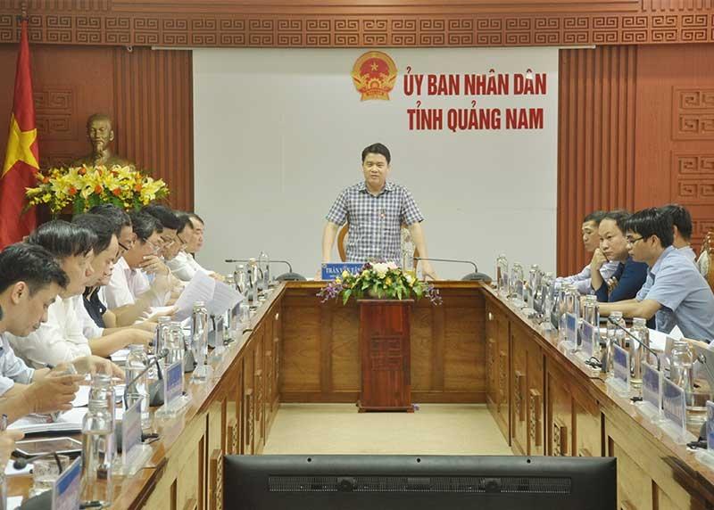 Phó Chủ tịch UBND tỉnh Trần Văn Tân chủ trì cuộc họp với các sở ngành về tình hình giải quyết TTHC theo quy trình 4 bước và công khai xin lỗi đối với hồ sơ trễ hạn vào sáng 19.11. Ảnh: N.Đ