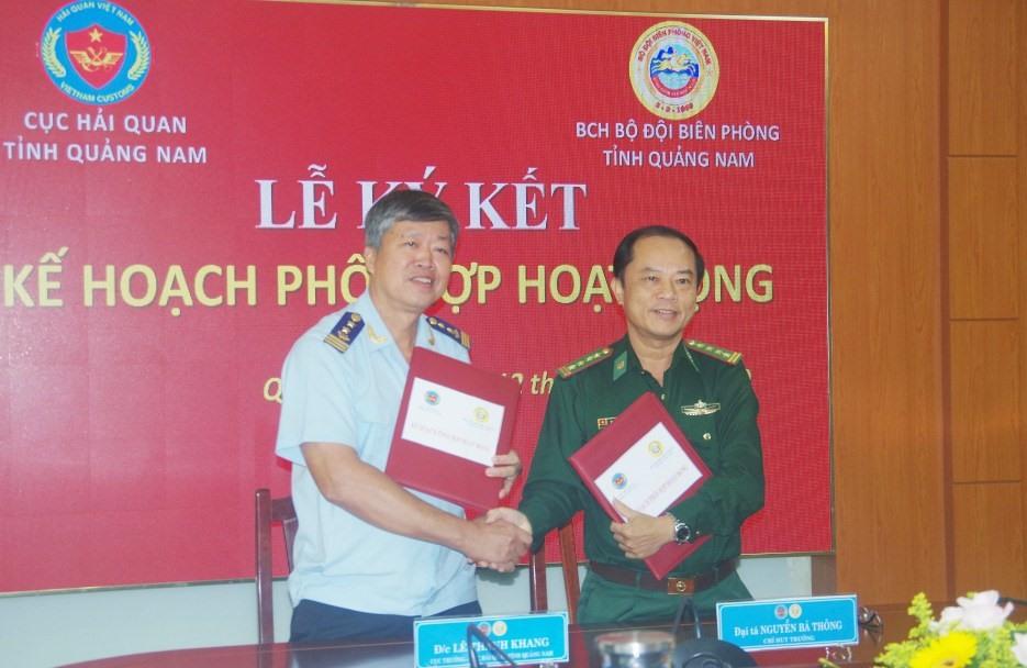 Đại tá Nguyễn Bá Thông - Chỉ huy trưởng Bộ Chỉ huy Bộ đội Biên phòng tỉnh và ông Lê Thành Khang - Cục trưởng Cục Hải quan tỉnh ký kết kế hoạch hoạt động. Ảnh: HỒNG ANH