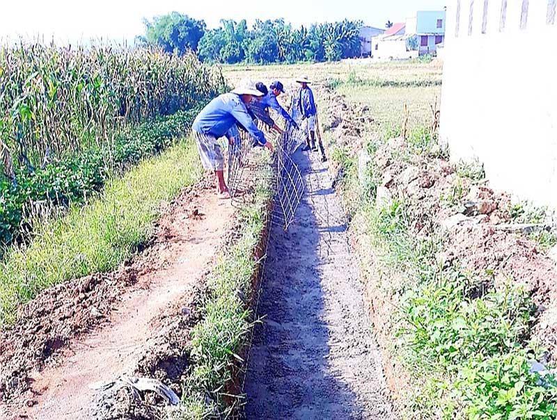 Nhiều địa phương của Quế Sơn đang đẩy nhanh tiến độ kiên cố hóa kênh mương phục vụ vụ đông xuân. Ảnh: T.L