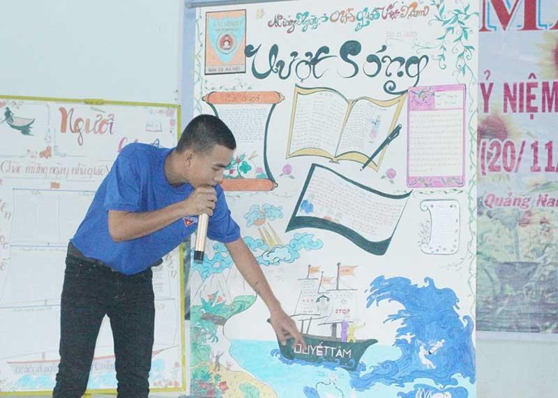 Học viên Cơ sở cai nghiện ma túy tỉnh thuyết trình về tác phẩm tri cân thầy cô tại hội thi báo tường. Ảnh: D.L