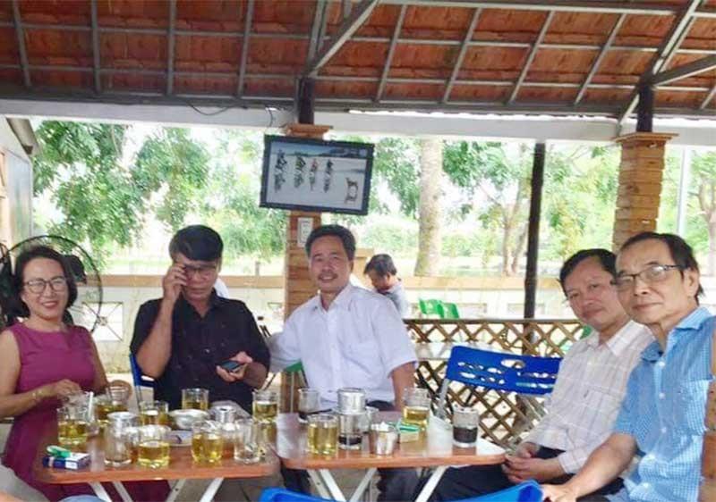 Một số nhà giáo viết văn, làm thơ ở Quảng Nam (từ trái qua): Phương Dung, Lê Trâm, Nguyễn Tấn Ái, Nguyễn Tấn Sĩ. Ảnh: B.A