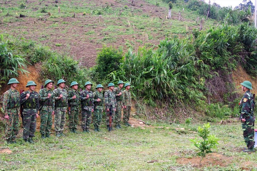 Thục luyện tình huống chiến đấu bảo vệ đơn vị. Ảnh: HUỲNH CHÍN