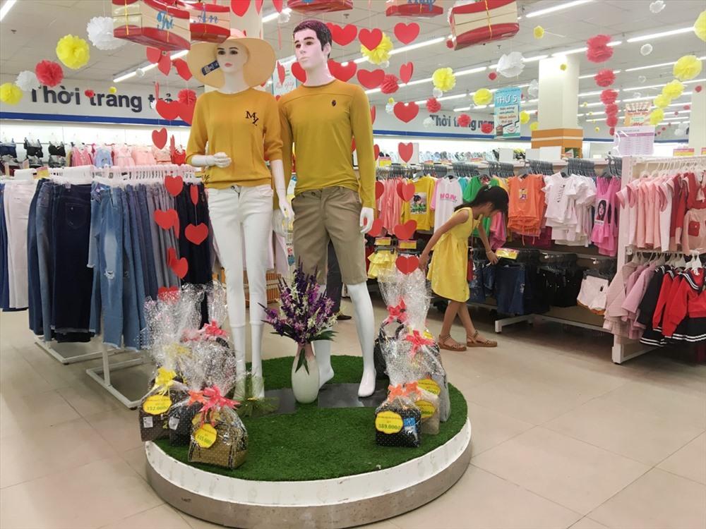 Nhiều mặt hàng quà tặng dịp 20.11 đang được bày bán tại siêu thị Co.opMart Tam Kỳ. Ảnh: K.L