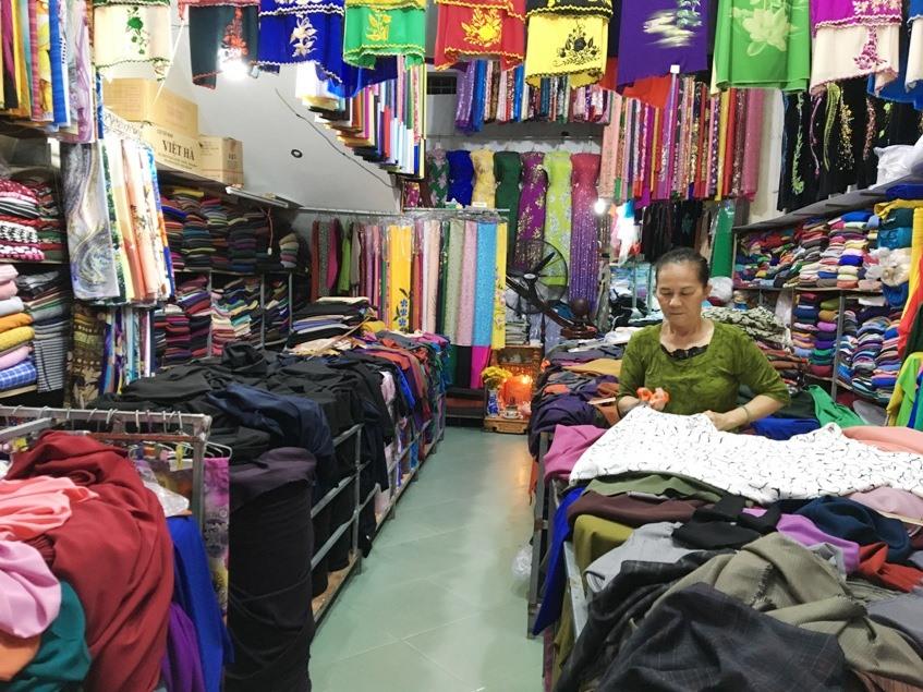 Các loại vải may áo dài, áo sơ mi cũng được nhiều người chọn mua trong dịp này. Ảnh: K.L