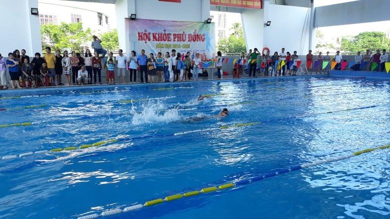 Giải bơi lội trong khuôn khổ Hội khỏe Phù Đổng do Phòng GD-ĐT Tam Kỳ tổ chức thu hút sự quan tâm của phụ huynh học sinh. Ảnh: C.N