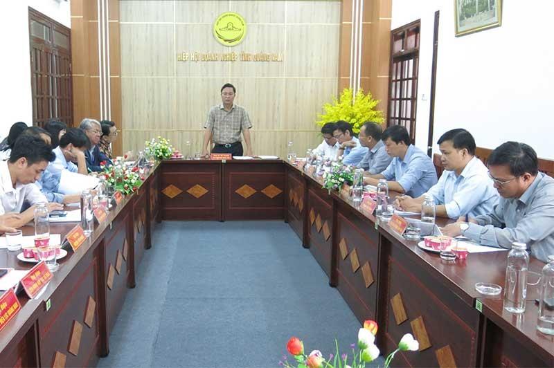 Phó Chủ tịch UBND tỉnh Lê Trí Thanh trao đổi nhằm tháo gỡ khó khăn cho doanh nghiệp. Ảnh: T.D