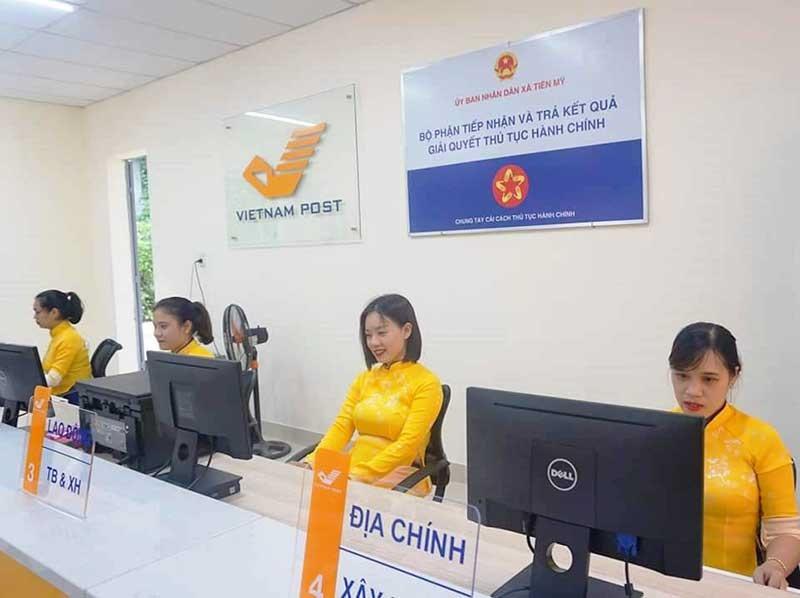 Thí điểm mô hình tiếp nhận và trả kết quả giải quyết thủ tục hành chính ở Bưu điện Văn hóa xã Tiên Mỹ (Tiên Phước). Ảnh: HOÀNG LIÊN