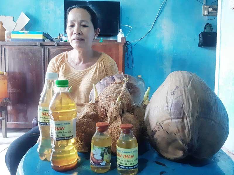 """Sản phẩm """"Dầu dừa Bàn Than"""" của hộ ông Lê Văn Minh (thôn Thuận An, Tam Hải) được chọn xây dựng hướng đến OCOP. Ảnh: TRIÊU NHAN"""