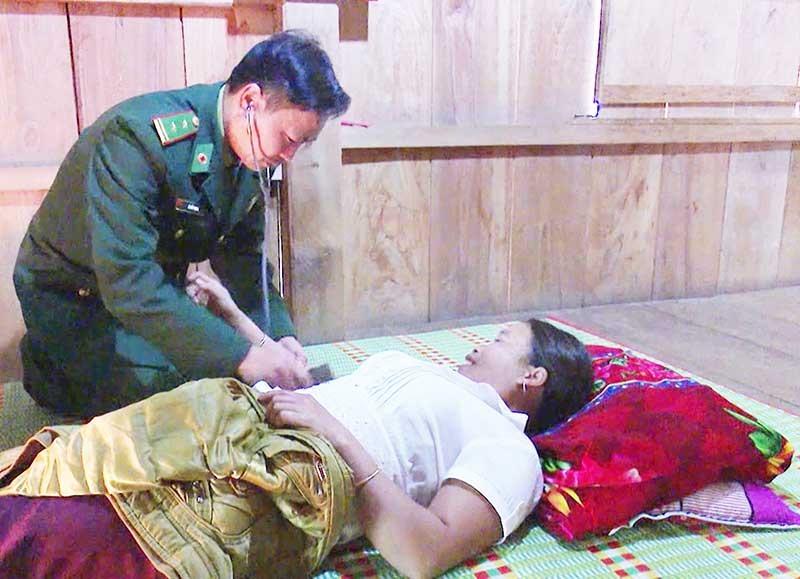Trường hợp bệnh nặng, bác sĩ Lê Đức Mạnh tới tận nhà để khám cho bệnh nhân. Ảnh: HỒNG ANH