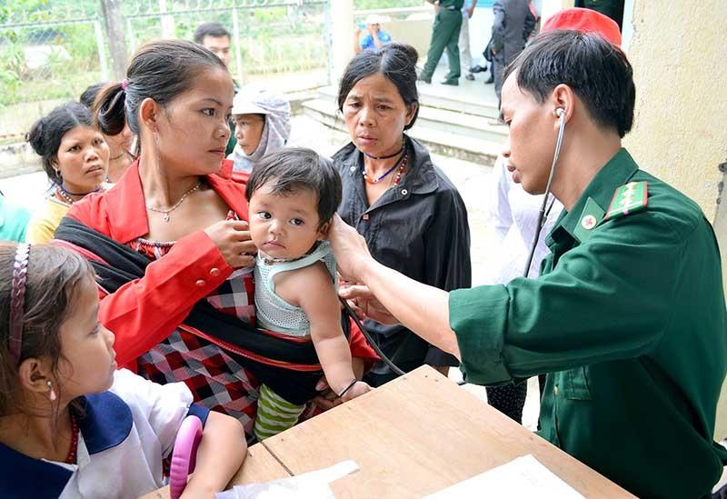 Cán bộ quân y Bộ đội Biên phòng khám chữa bệnh cho nhân dân ở Phòng khám Đa khoa Quân dân y kết hợp A Xan. Ảnh: HỒNG ANH
