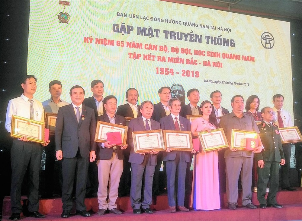 Lãnh đạo tỉnh tuyên dương Ban liên lạc Hội đồng hương Quảng Nam tại Hà Nội vì những đóng góp cho quê nhà. Ảnh: PV