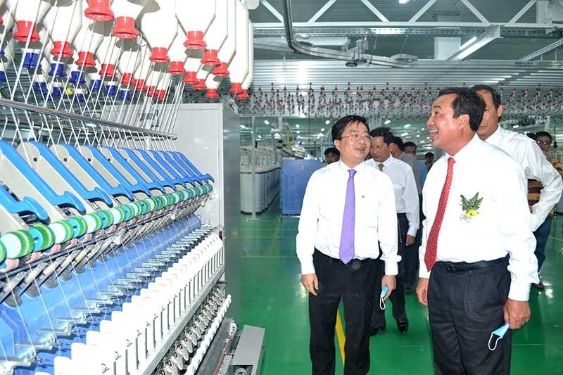 Phó Chủ tịch Thường trực UBND tỉnh Huỳnh Khánh Toàn tham quan sản xuất sợi ở Công ty CP Sợi Hòa Thọ Thăng Bình. Ảnh: VIỆT NGUYỄN