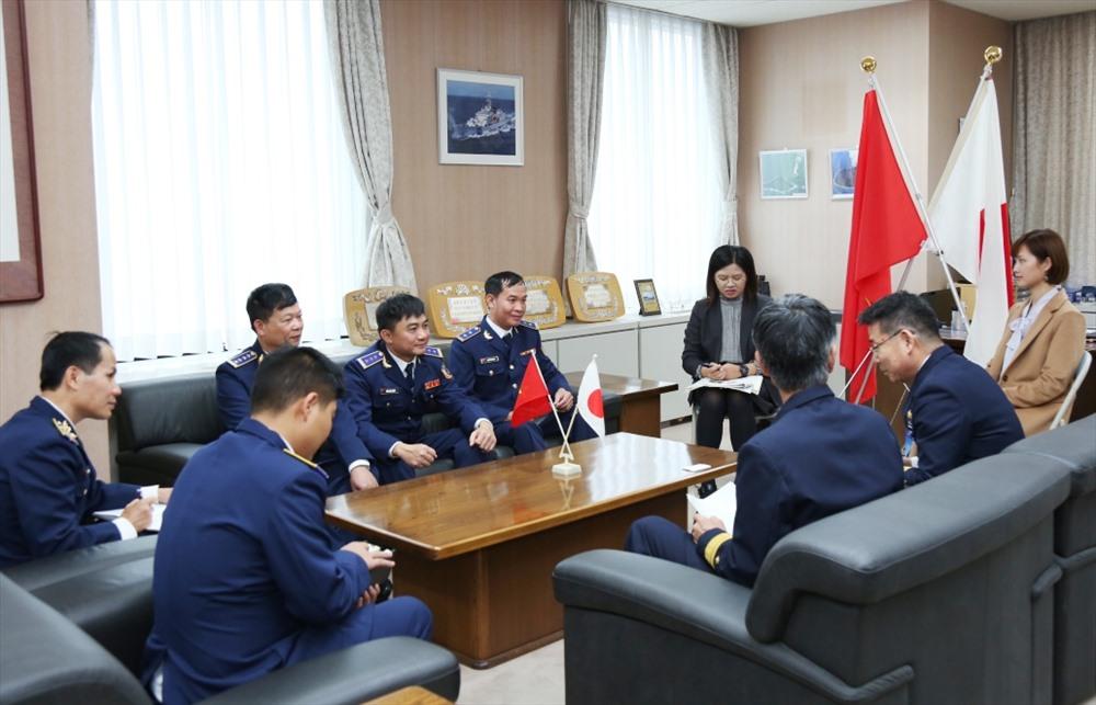 Đoàn CSB Việt Nam chào xã gia Bộ Tư lệnh Vùng 3 LLBVBB Nhật Bản. Ảnh: NAM TRUNG