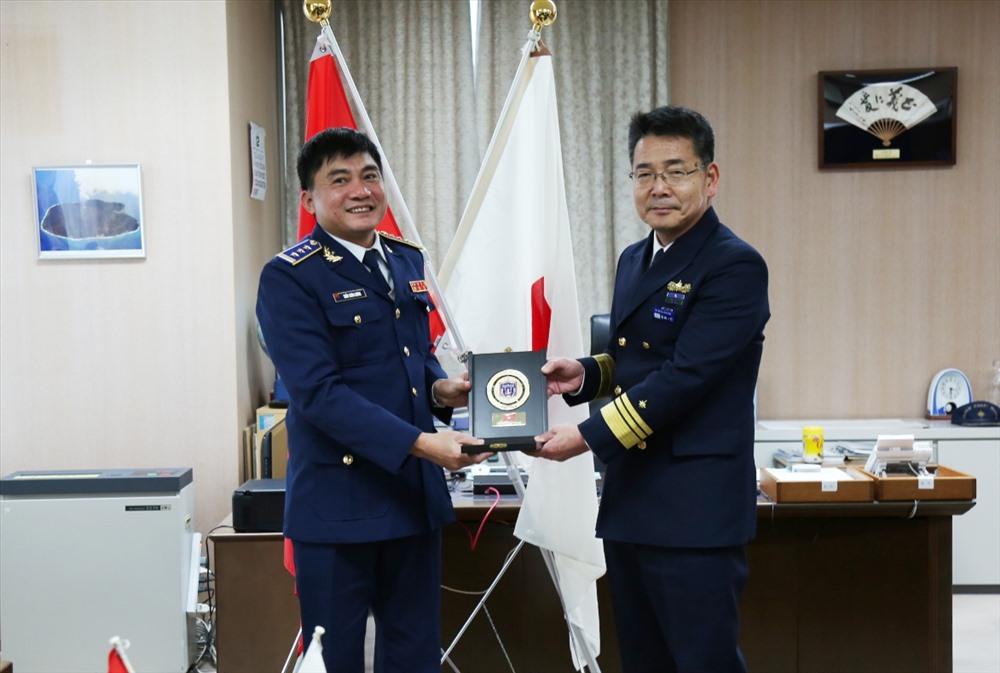 Thượng tá Trần Xuân Lương - Phó Tư lệnh Vùng CSB 2 (trái) tặng quà lưu niệm cho Phó Tư lệnh Vùng 3 LLBVBB Nhật Bản. Ảnh: NAM TRUNG