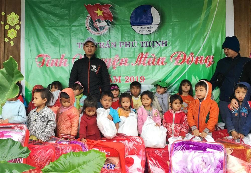 Hội LHTN Việt Nam thị trấn Phú Thịnh tặng quà học sinh nóc Ngọc Lê 3. Ảnh: Đ.T