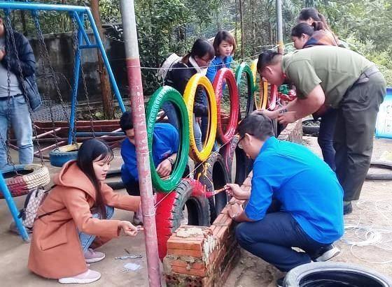 Làm hàng rào khu vui chơi bằng lốp xe tại xã Tiên Lập. Ảnh: THÁI CƯỜNG