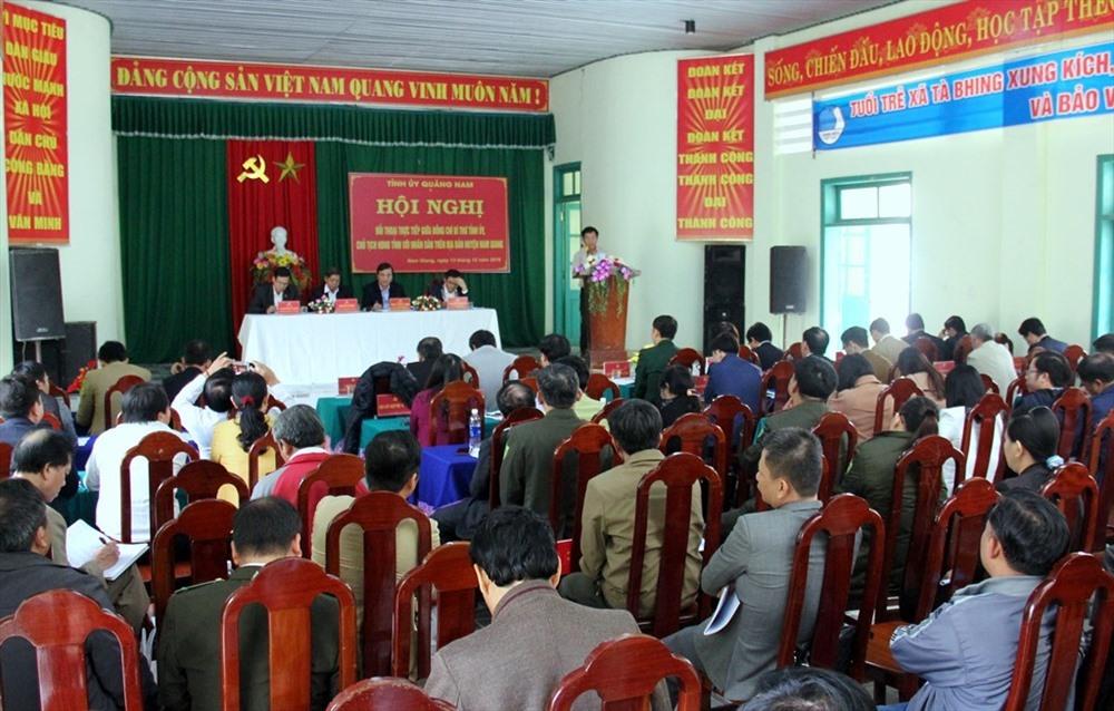 Đông đảo người dân huyện Nam Giang tham dự buổi đối thoại với Bí thư Tỉnh ủy Phan Việt Cường. Ảnh: A.N