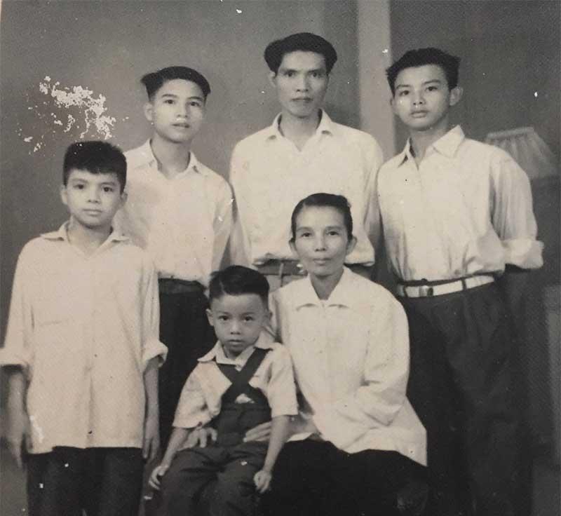Đồng chí Nguyễn Quang Lâm thời trẻ (giữa) cùng vợ và bốn người con trai. Ảnh: GIA ĐÌNH