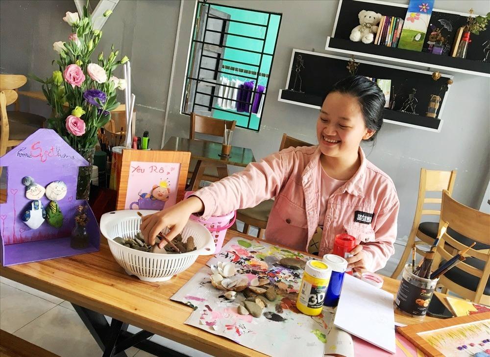 Ly Na đang sáng tạo những bức tranh từ đá cuội. Ảnh: KL
